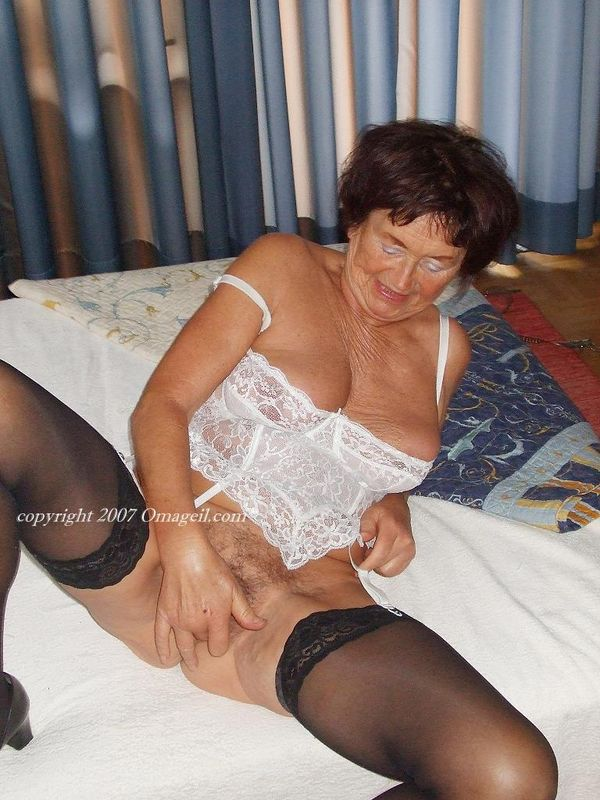 Omageil hot busty mature lady solo striptease 10